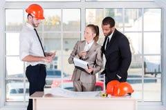 业务会议建筑师 在办公室遇见的三位建筑师 免版税图库摄影