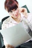 业务单据读妇女 免版税库存照片