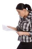 业务单据读的震惊妇女 免版税库存图片