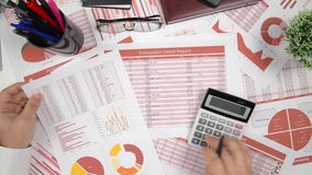 业务报告、白纸板料、数据桌和图-直接地上面办公室桌工作区看法与地方文本的 股票录像