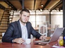 业务顾问,当工作在队时 一个小组年轻工人在一次会议上在公司会议室 免版税图库摄影