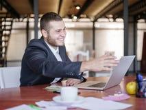 业务顾问,当工作在队时 一个小组年轻工人在一次会议上在公司会议室 免版税库存图片