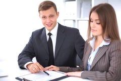 业务组会议人 在一个美丽的浅黑肤色的男人的焦点 库存图片