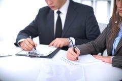 业务组会议人 在一个美丽的浅黑肤色的男人的焦点 库存照片