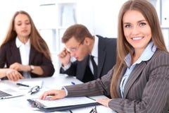 业务组会议人 在一个美丽的浅黑肤色的男人的焦点 免版税库存照片