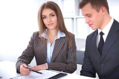 业务组会议人 在一个美丽的浅黑肤色的男人的焦点 免版税库存图片