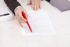 业务组象征性人的情形 女商人请求署名在银行中 免版税库存图片