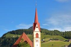 丛林地带玛丽亚Hilf教区教堂与绿色草甸在背景中, Val加迪纳的 库存图片
