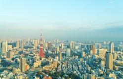 东京与东京铁塔的市地平线 免版税库存照片