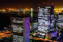 东京与彩虹桥梁的地平线都市风景 免版税图库摄影
