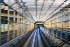 东京单轨铁路车在隧道的运输系统Yurikamome线 弄脏与速度 免版税库存照片