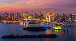 东京在夜间的彩虹桥梁 图库摄影