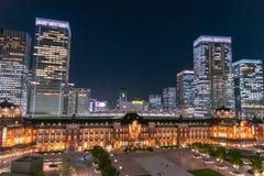 东京在暮色时间的驻地大厦 图库摄影