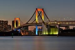 东京在黄昏的彩虹桥梁 免版税图库摄影