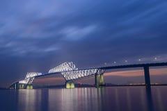东京在黄昏的门桥梁 免版税库存照片