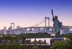 东京地平线和彩虹桥有都市风景的在Odaiba日本 免版税图库摄影