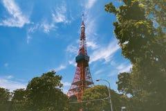 东京塔和绿色叶子背景 免版税库存图片