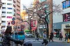 东京大厦和路作为街道日本人生活方式 旅行亚洲都市风景2017年3月31日的 免版税图库摄影