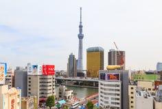 东京天空树从浅草文化观看的著名无线电铁塔和旅游业在东京, Ja集中 免版税库存图片