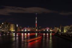 东京天空树夜视图在把变成红色的晚上 库存图片