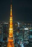 东京射击蓝色夜都市风景的塔关闭 库存照片