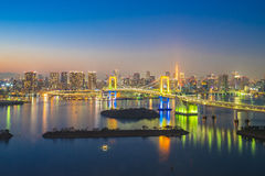 东京市地平线夜视图在Odaiba东京,日本 免版税库存图片
