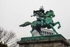 东京故宫|地标武士雕象在2017年3月31日的日本 图库摄影