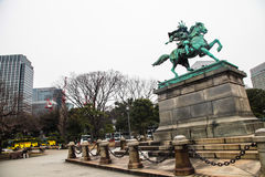 东京故宫|地标武士雕象在2017年3月31日的日本 库存图片