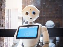 东京日本- 2018年4月11日:以子弹密击有信息屏幕日本类人动物技术的机器人助理 免版税库存照片