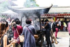 东京日本2016年6月01日:有游人的senso籍浅草寺庙 图库摄影