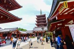 东京日本2016年6月01日:有游人的senso籍浅草寺庙 库存照片