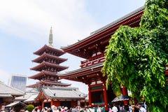 东京日本2016年6月01日:有游人的senso籍浅草寺庙 免版税库存照片