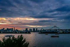 东京海湾和彩虹桥在黄昏的Odaiba 免版税库存图片