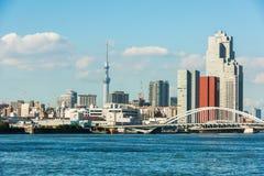 东京港口天空树和桥梁 库存照片