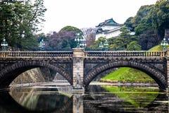 东京皇家宫殿石头桥梁|亚洲旅行在2017年3月31日的日本 库存照片