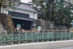 东京皇家宫殿石头桥梁|亚洲旅行在2017年3月31日的日本 图库摄影