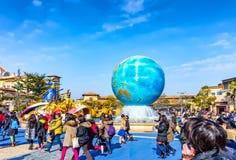 东京迪斯尼海入口的人们  免版税库存照片
