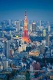 东京都市风景地平线与东京铁塔的在晚上,日本 免版税库存照片