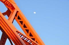东京铁塔和白天月亮,与蓝天的东京地标 免版税库存图片