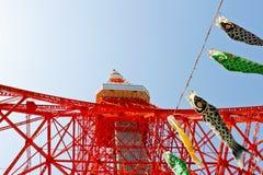 东京铁塔和koinobori飘带 库存图片
