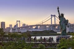 东京铁塔地平线和彩虹桥有都市风景的在Odaiba日本 免版税库存图片