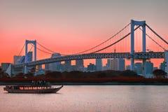 东京铁塔地平线和彩虹桥有都市风景的在Odaiba日本 免版税库存照片