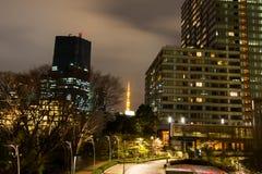 东京铁塔夜场面如被看见从东京中间地区, Minato-Ku,东京,日本 免版税库存图片