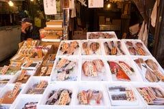 """东京,日本†""""2017年2月13日:在箱子的鲜鱼有冰的 免版税图库摄影"""
