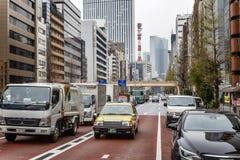 东京,日本,04/08/2017 在城市街道上的交通堵塞 免版税库存图片