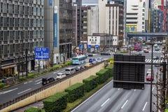 东京,日本,04/08/2017 在城市街道上的交通堵塞 免版税图库摄影