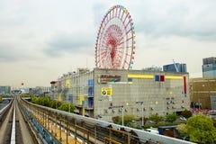 东京,日本, Odaiba海岛 单轨铁路车, Yurikamome 弗累斯大转轮 库存图片