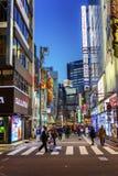 东京,日本04/04/2017 人们在夜城市走 库存图片
