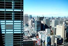 东京,日本10 02 2018全景现代大厦城市地平线鸟瞰图在财政区域东京和生动的蓝天,日本 免版税库存图片