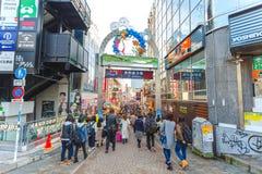 东京,日本- 2016年在竹下街的11月20日购物的街道在Meijijingu/代代木公园,一个主要旅游胜地附近在Ha 图库摄影